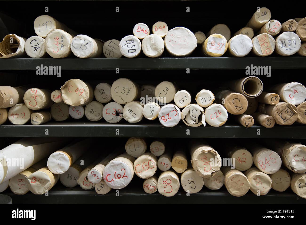 In Pappröhren in einem Datenarchiv gespeicherten Karten Stockbild