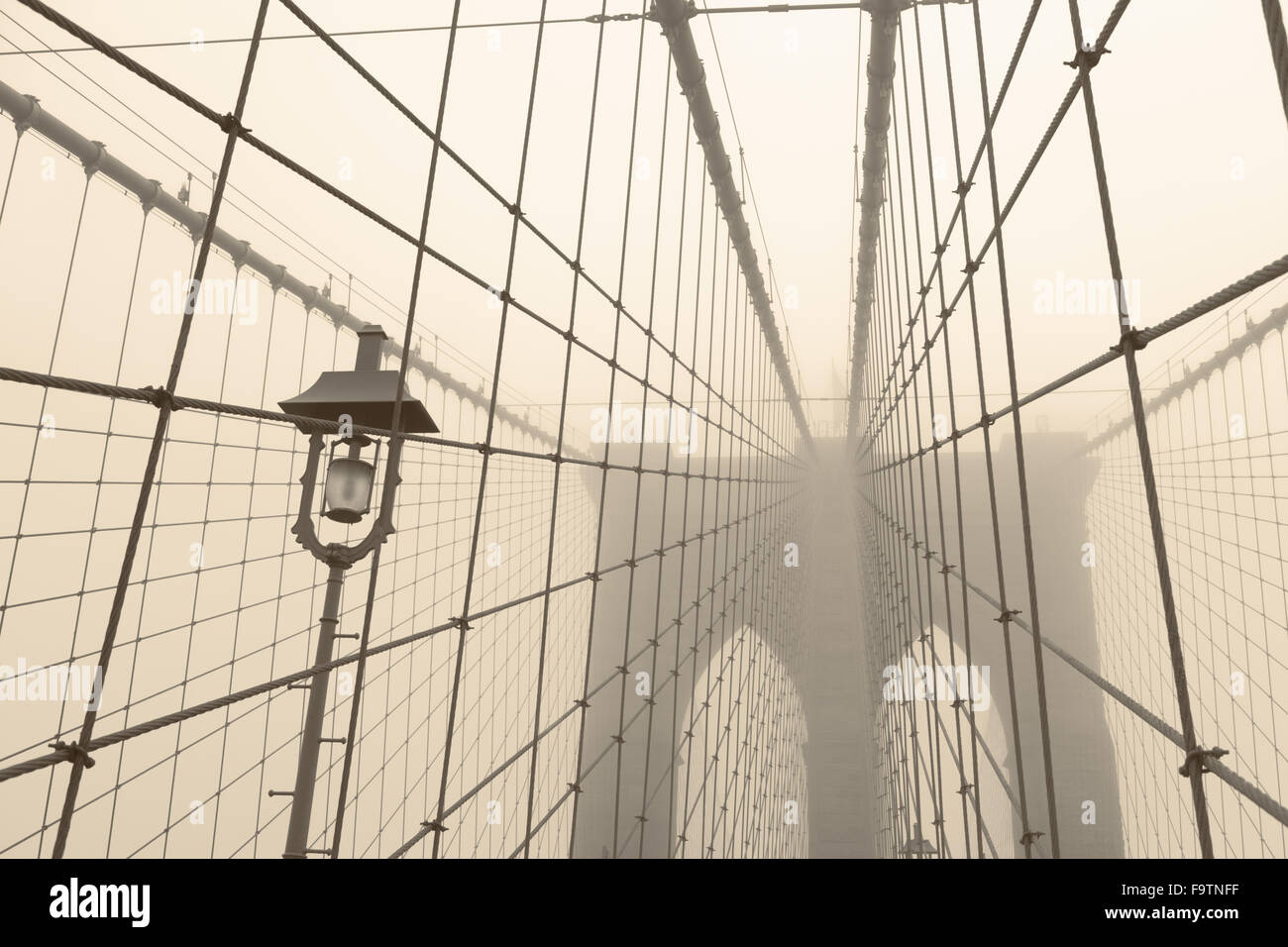 Brooklyn Bridge an einem nebeligen Tag Stockbild