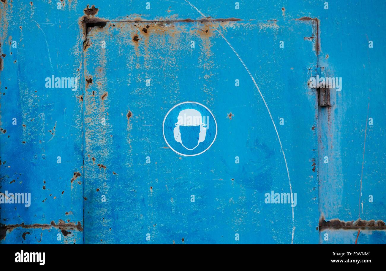 Piktogramm auf blaue Metalltür, Lärmschutz Stockbild