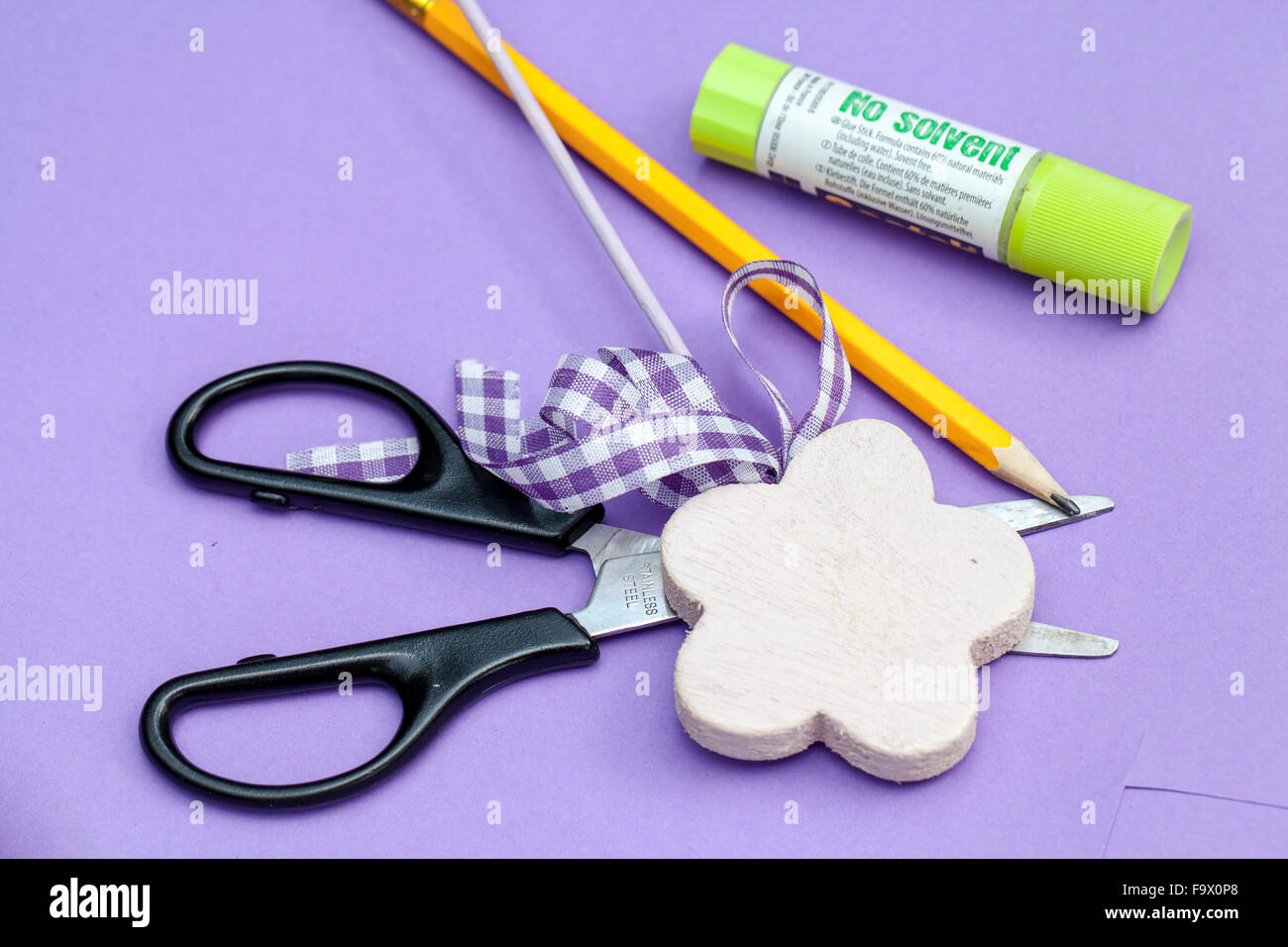 Beheben Sie Material Farbiges Papier Schere Kleber Weiss