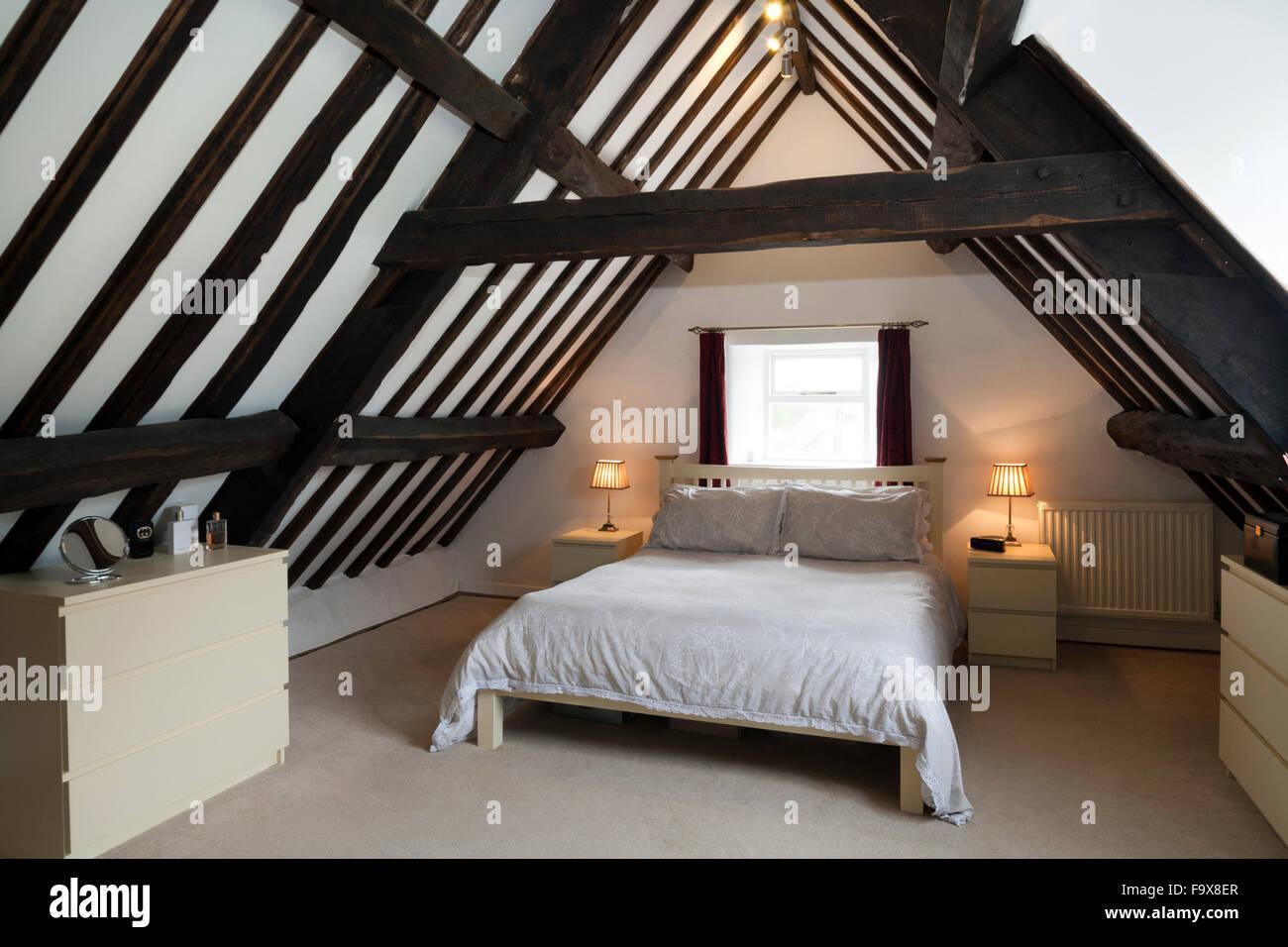 Alte Dachgeschoss Schlafzimmer mit modernem Ikea Möbeln Stockfoto ...