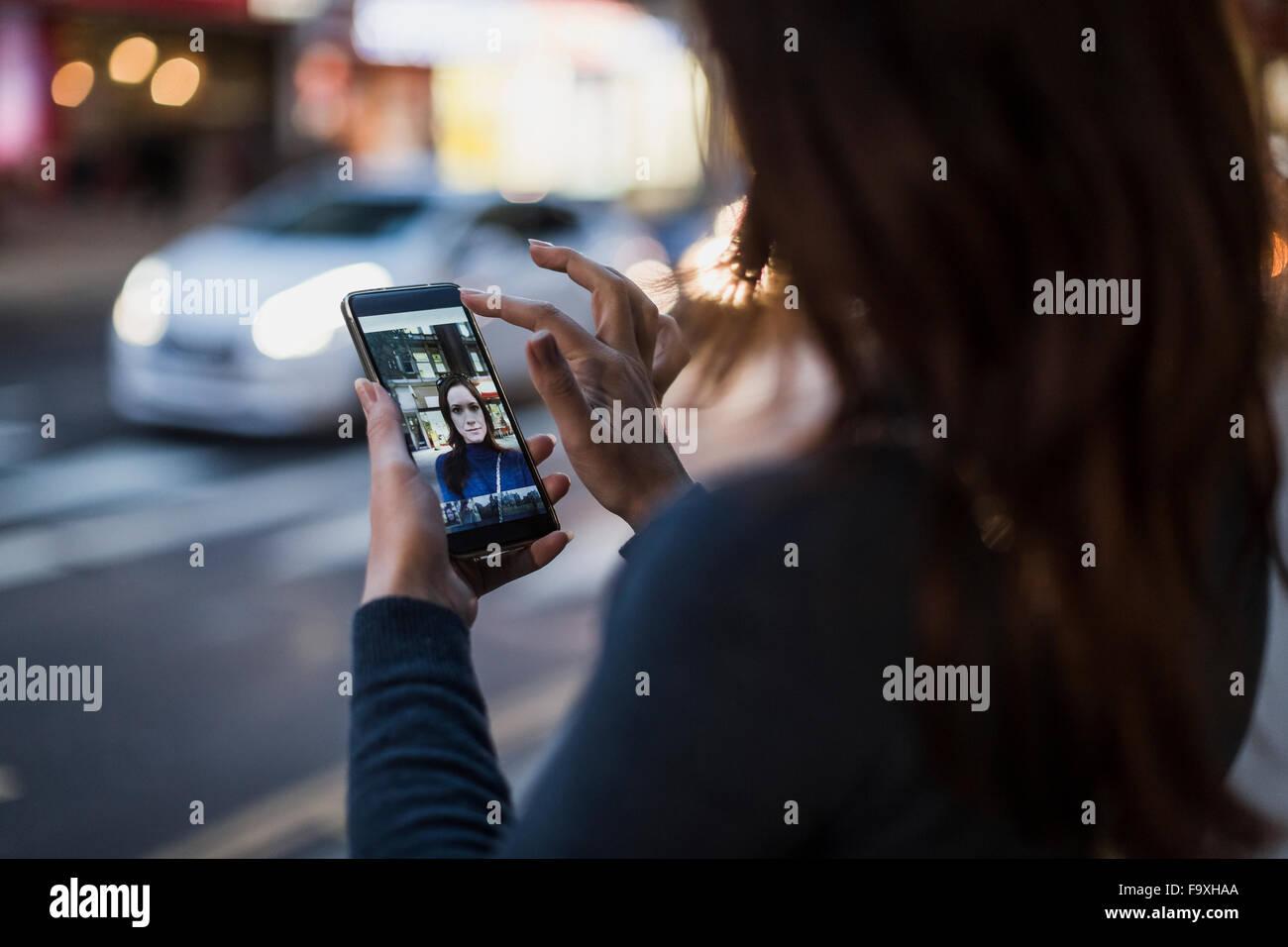 Frau, die eine Selfie am Straßenrand Stockbild