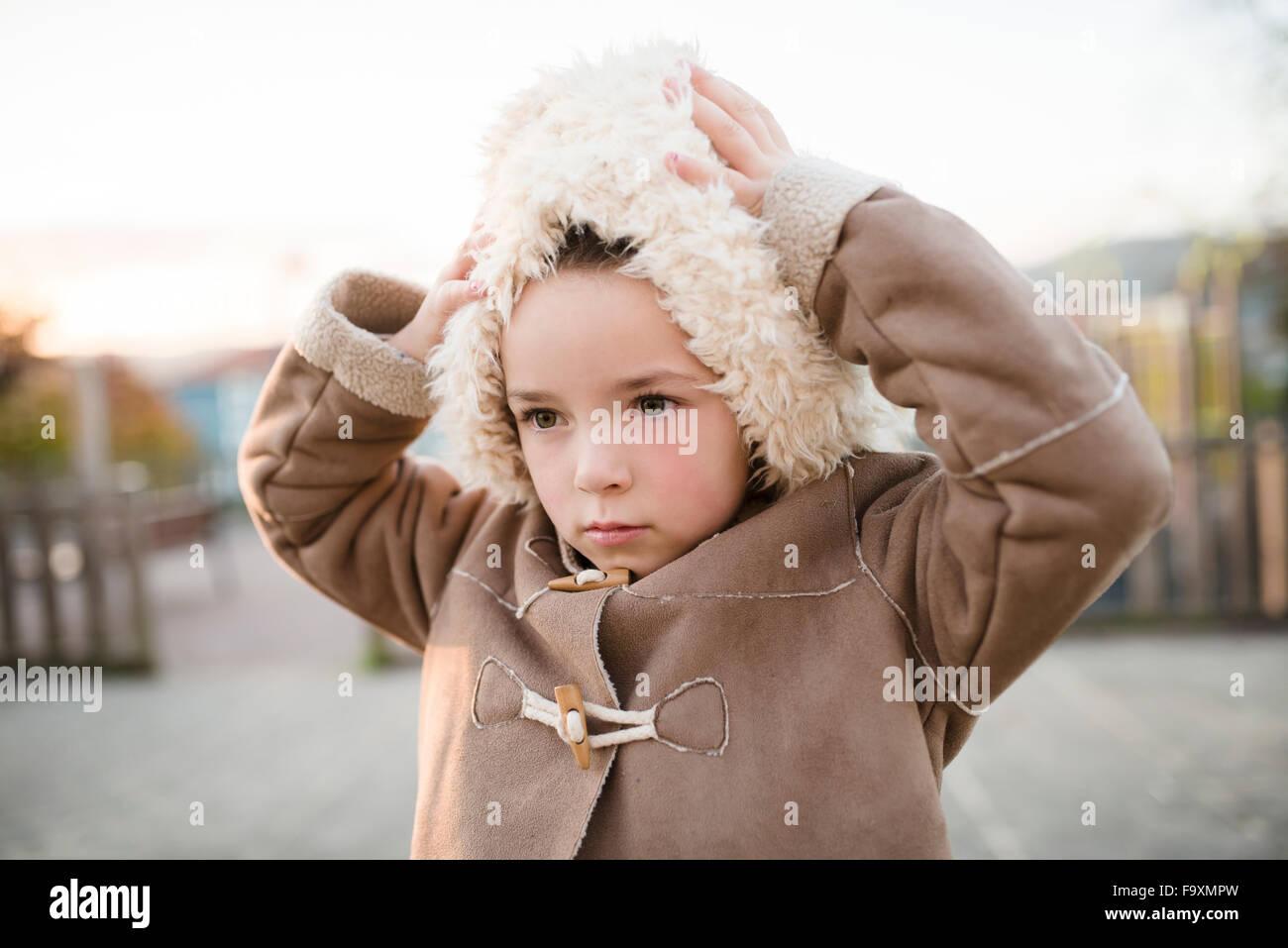 Mädchen tragen pelzigen Kapuze im freien Stockbild
