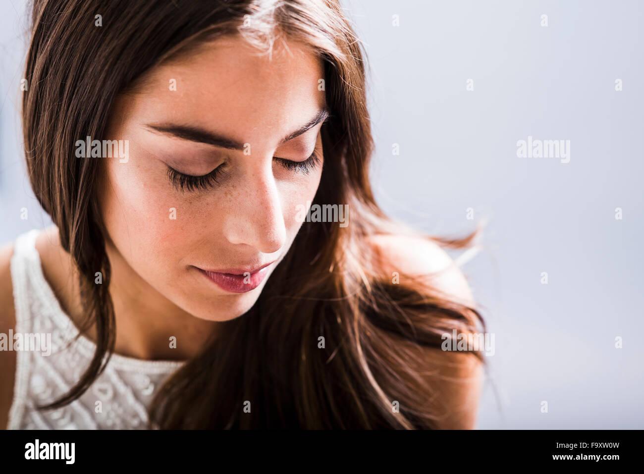 Portrait von Brünette Frau mit geschlossenen Augen Stockbild
