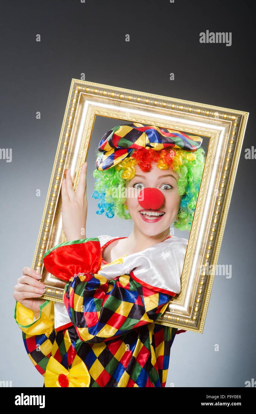 Clown mit Bilderrahmen in lustige Konzept Stockfoto, Bild: 92176846 ...