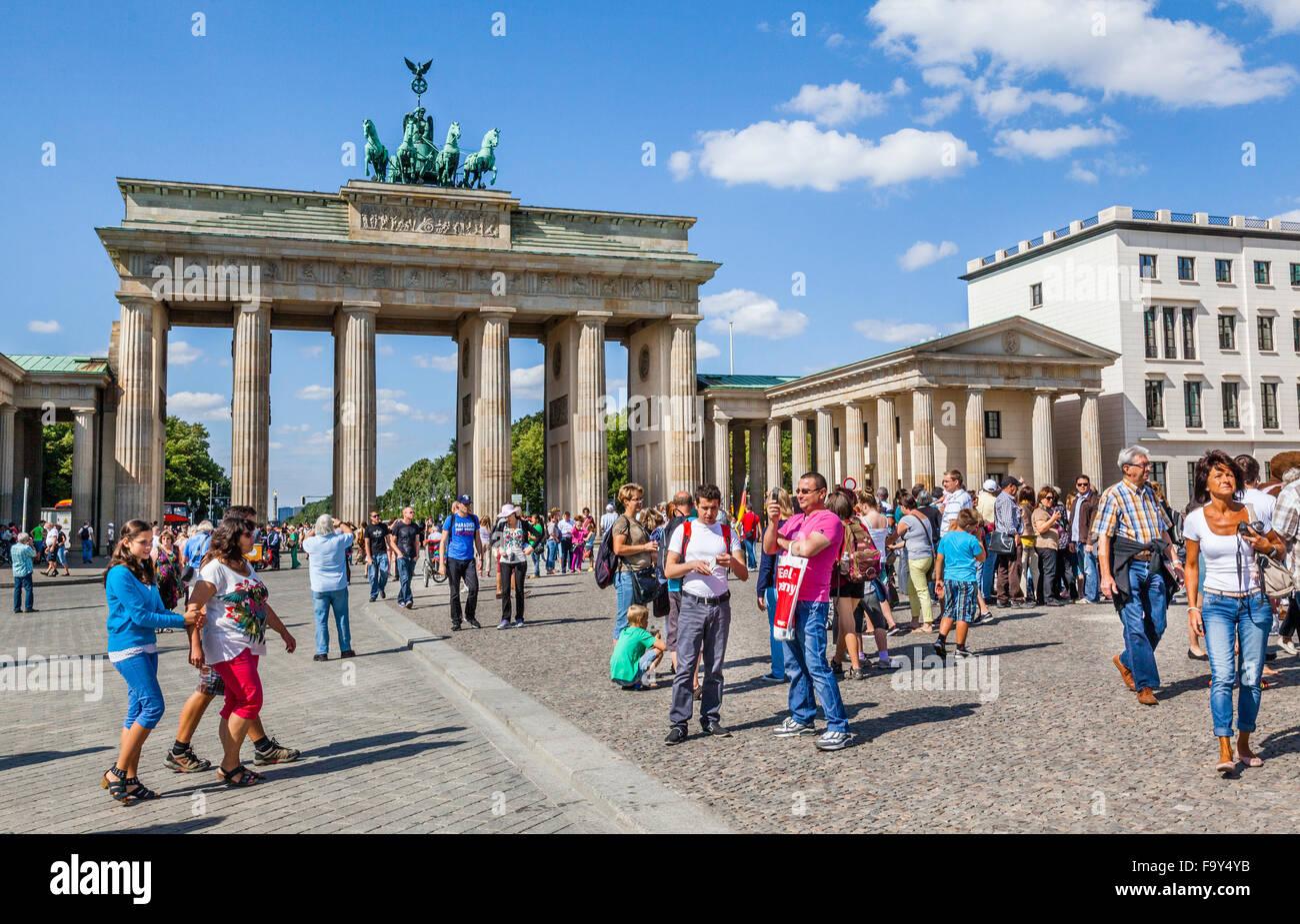 Deutschland, Berlin-Mitte, Besucher-Massen am Pariser Platz, Brandenburger Tor Stockfoto