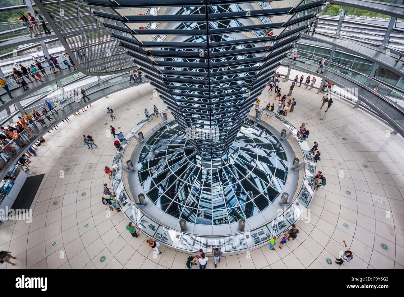Deutschland, Berlin, Reichstagsgebäude, Innenansicht des Glas-Kuppel von Norman Foster entworfen mit Doppel-Helix Stockfoto