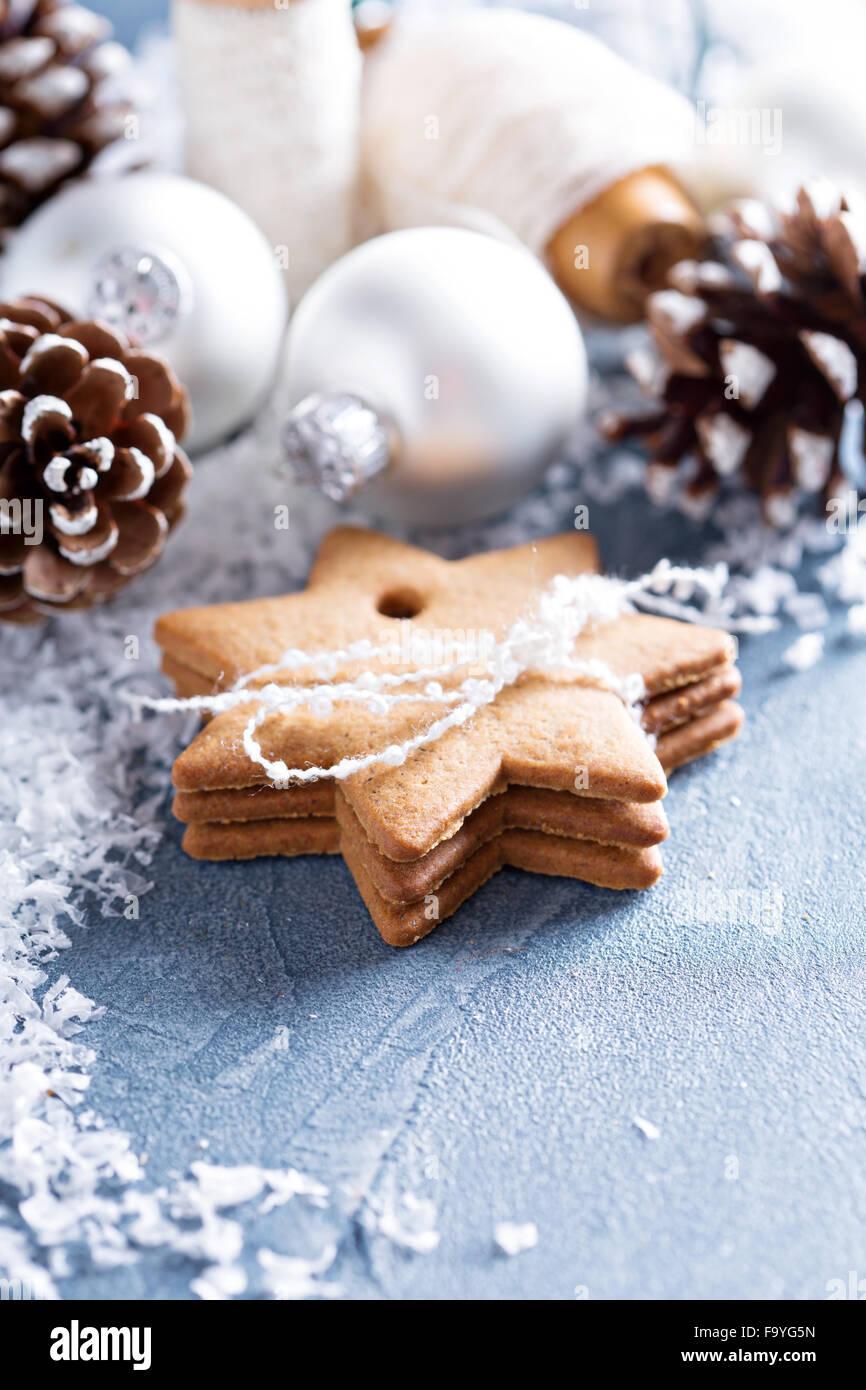 Weihnachtsschmuck und Lebkuchen mit Schnee Stockfoto