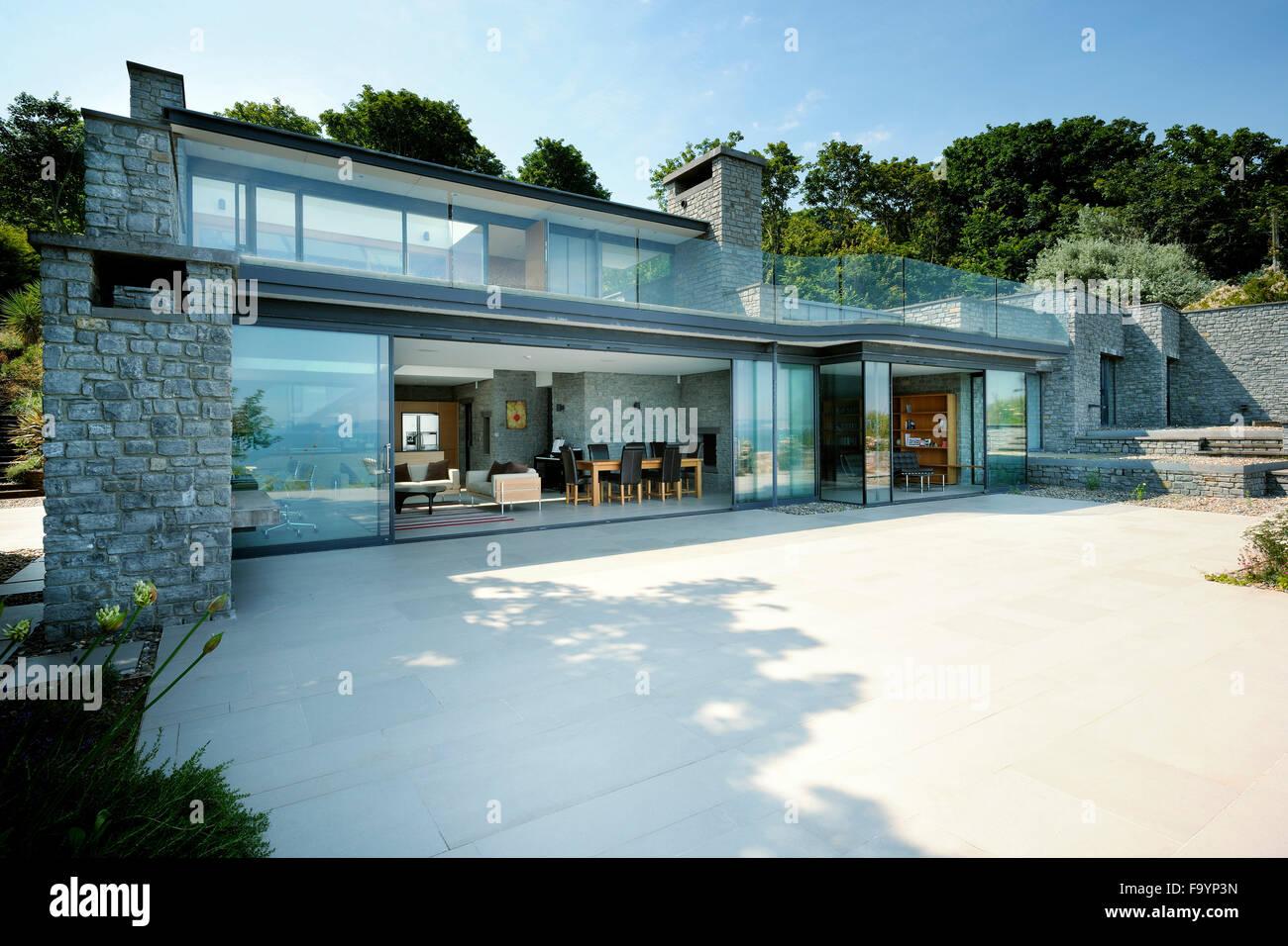 Von einem modernen Haus von der Terrasse auf den ...