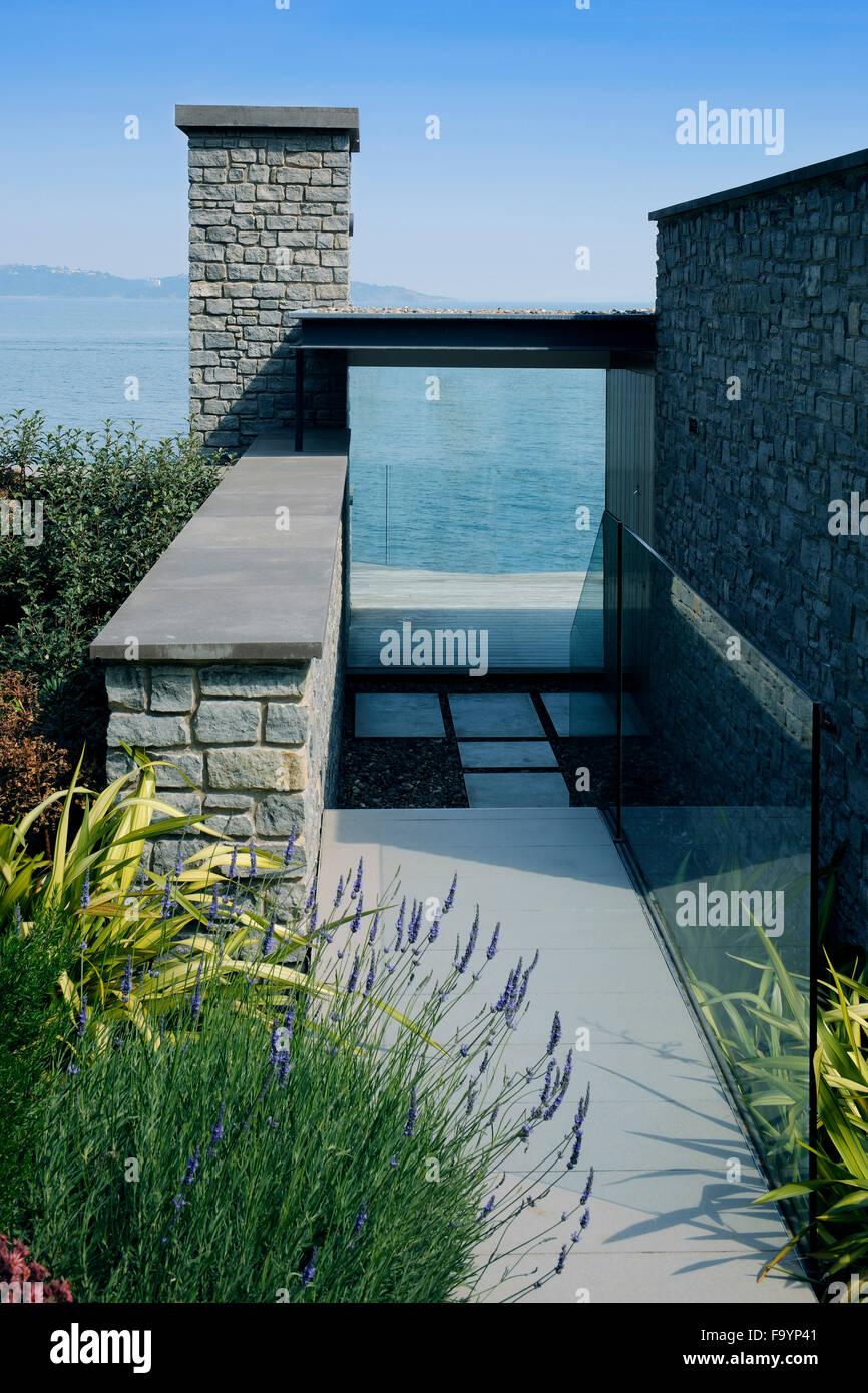 Von einem modernen Haus von der Terrasse auf den Hauptwohnbereich im ...