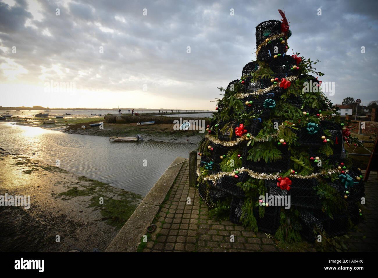 am kai in emsworth steht hampshire england einen weihnachtsbaum aus hummer topfe lokale unternehmen