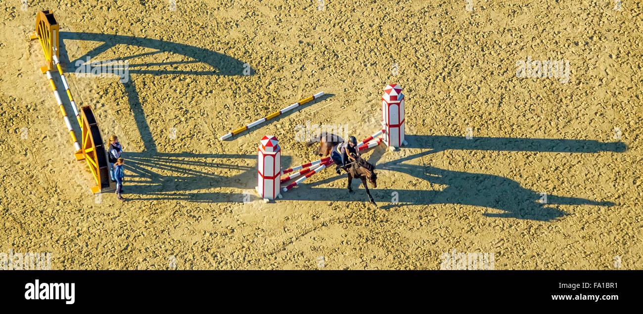 Hindernis-Training mit langen Schatten, Reitmöglichkeiten, Reiterhof Rhynern, Reiter, Pferde, Barrieren, Hamm, Stockbild