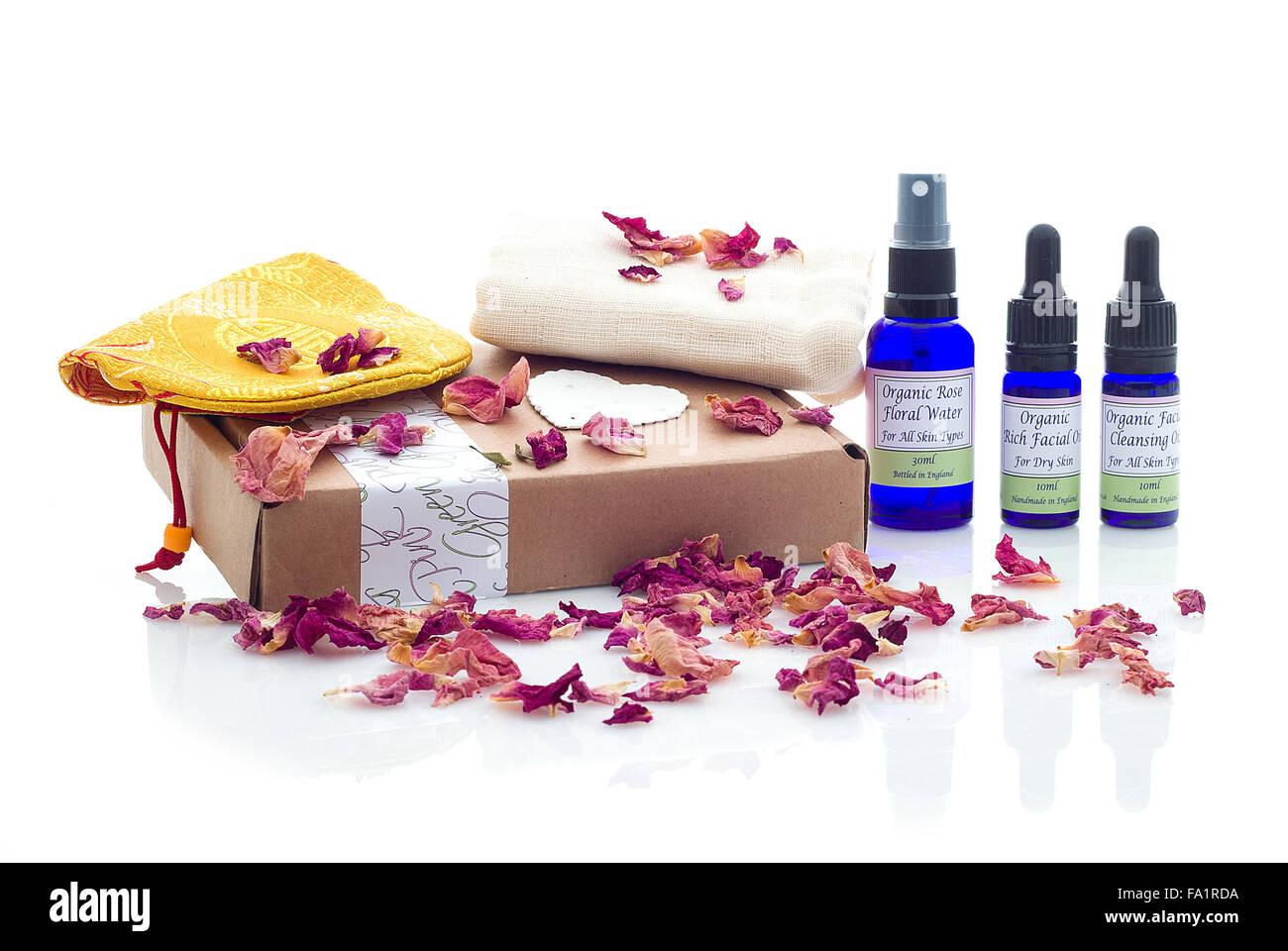 Rosa & Grün Handmade Natural Facial Hautpflege-Produkte auf einem weißen Hintergrund Stockbild