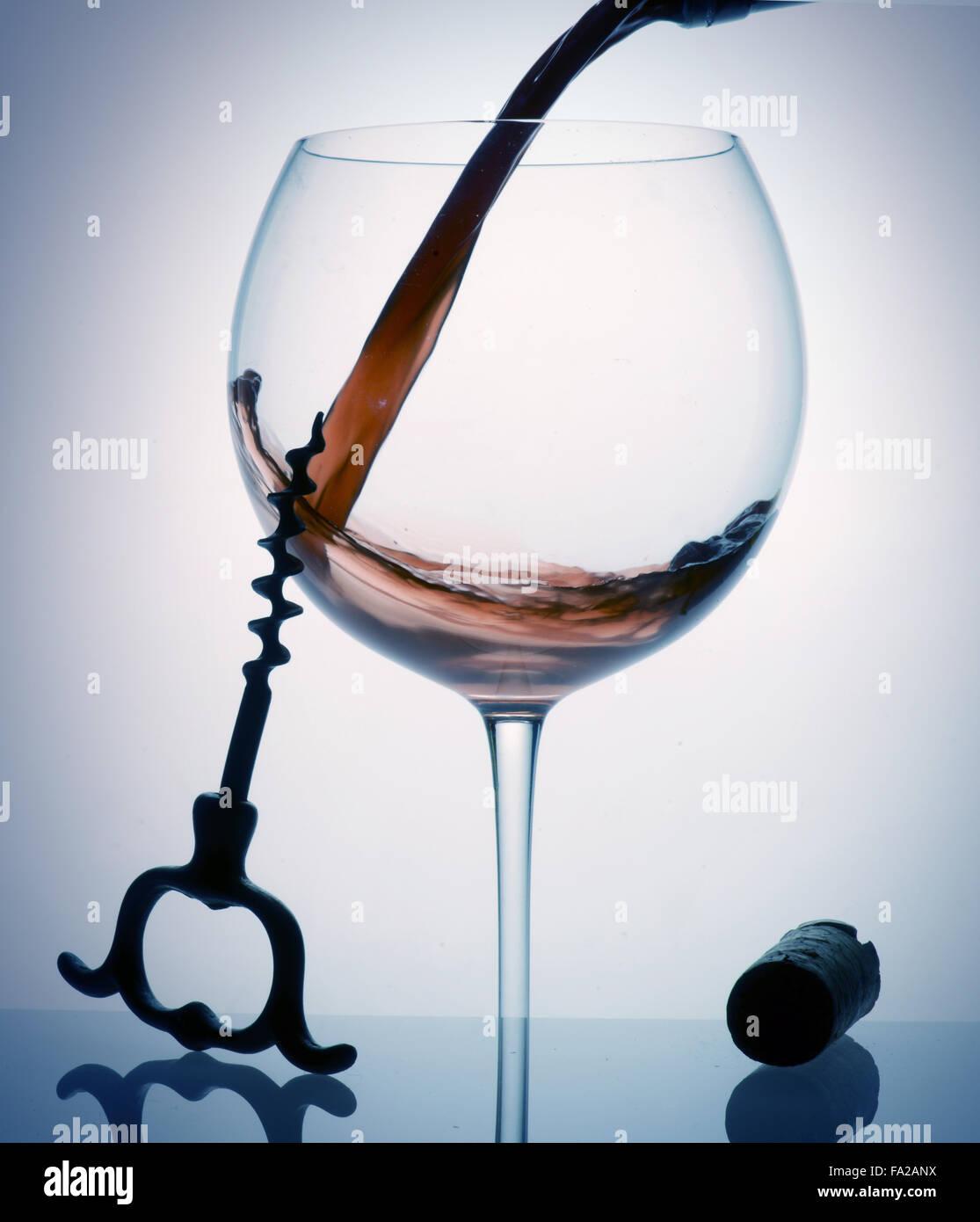 Wein Glas gießen Stockbild
