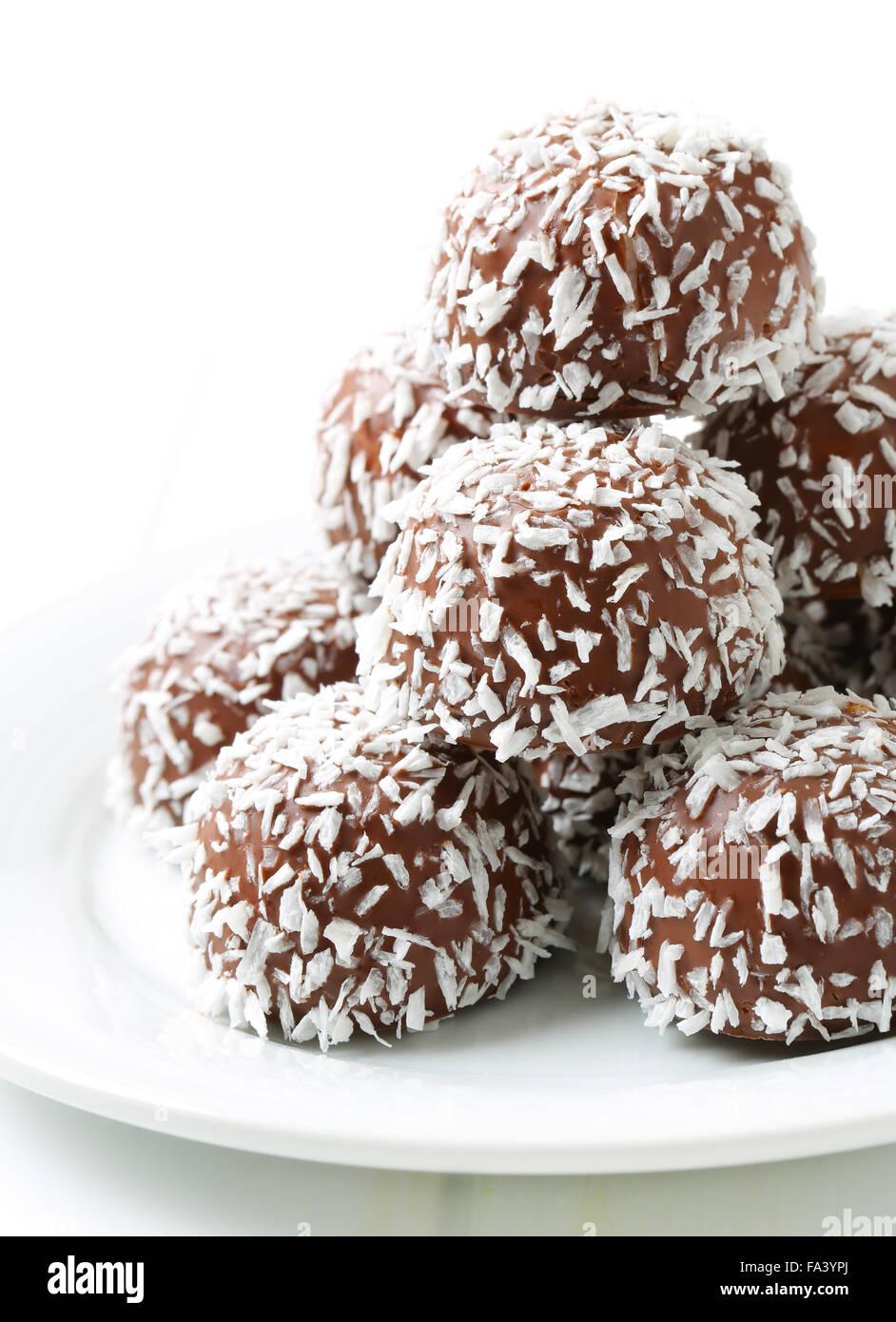 No-Backen Schokolade Schneeball Cookies in Kokos gerollt Stockfoto ...