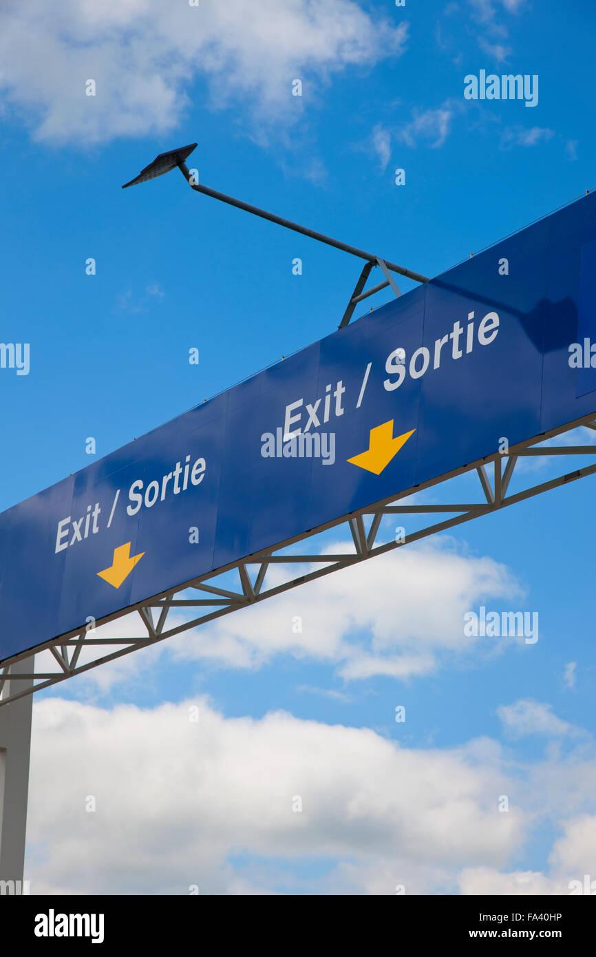 Obenliegende Ausgangsschild in Französisch und Englisch an einem Grenzübergang für den englischen Kanal. Stockfoto