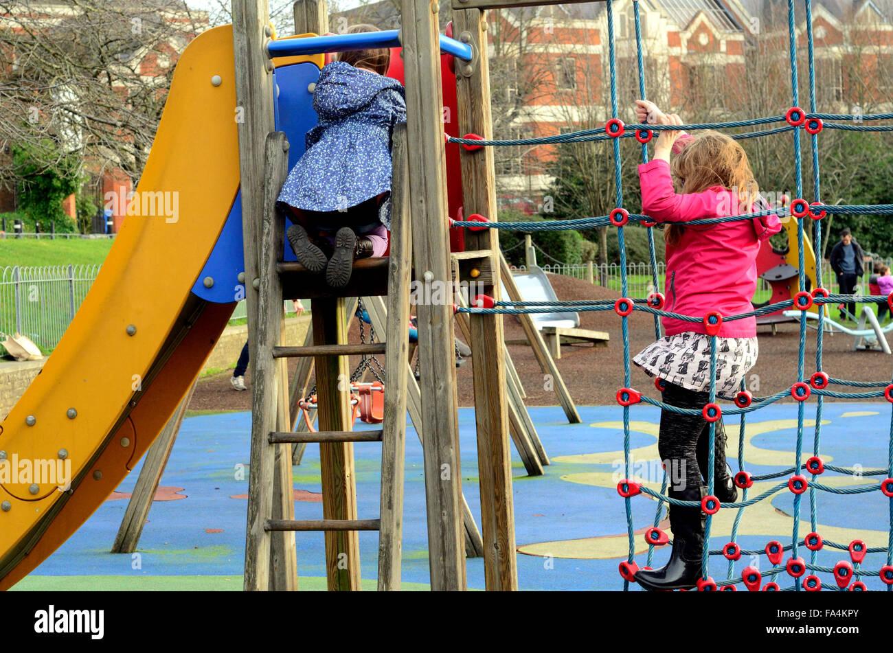 Klettergerüst Ab 1 Jahr : Kinder spielen auf einem klettergerüst in ein kinderspielplatz