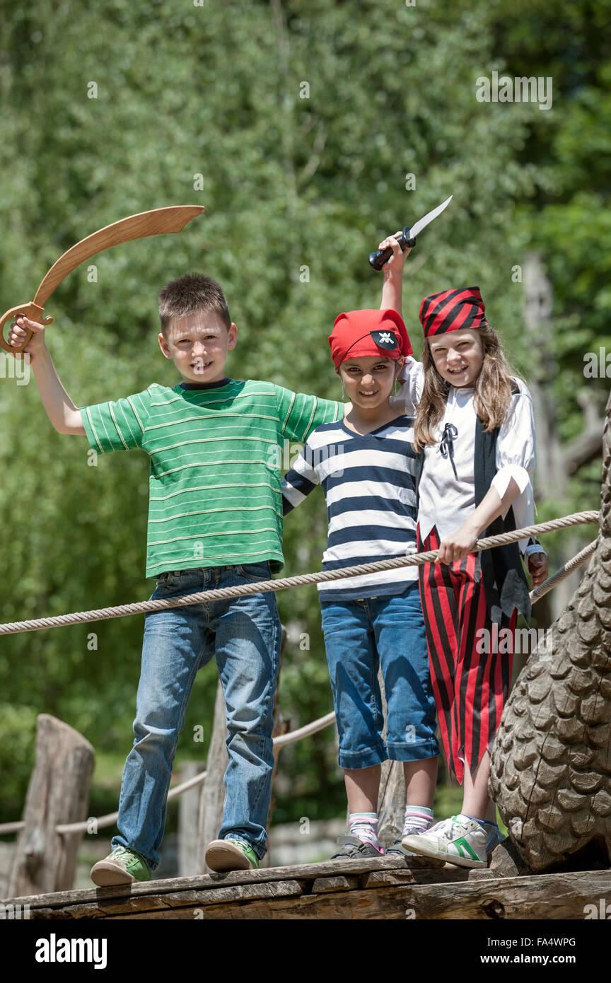 Drei Freunde verkleidet als Piraten spielen auf Piratenschiff in ...