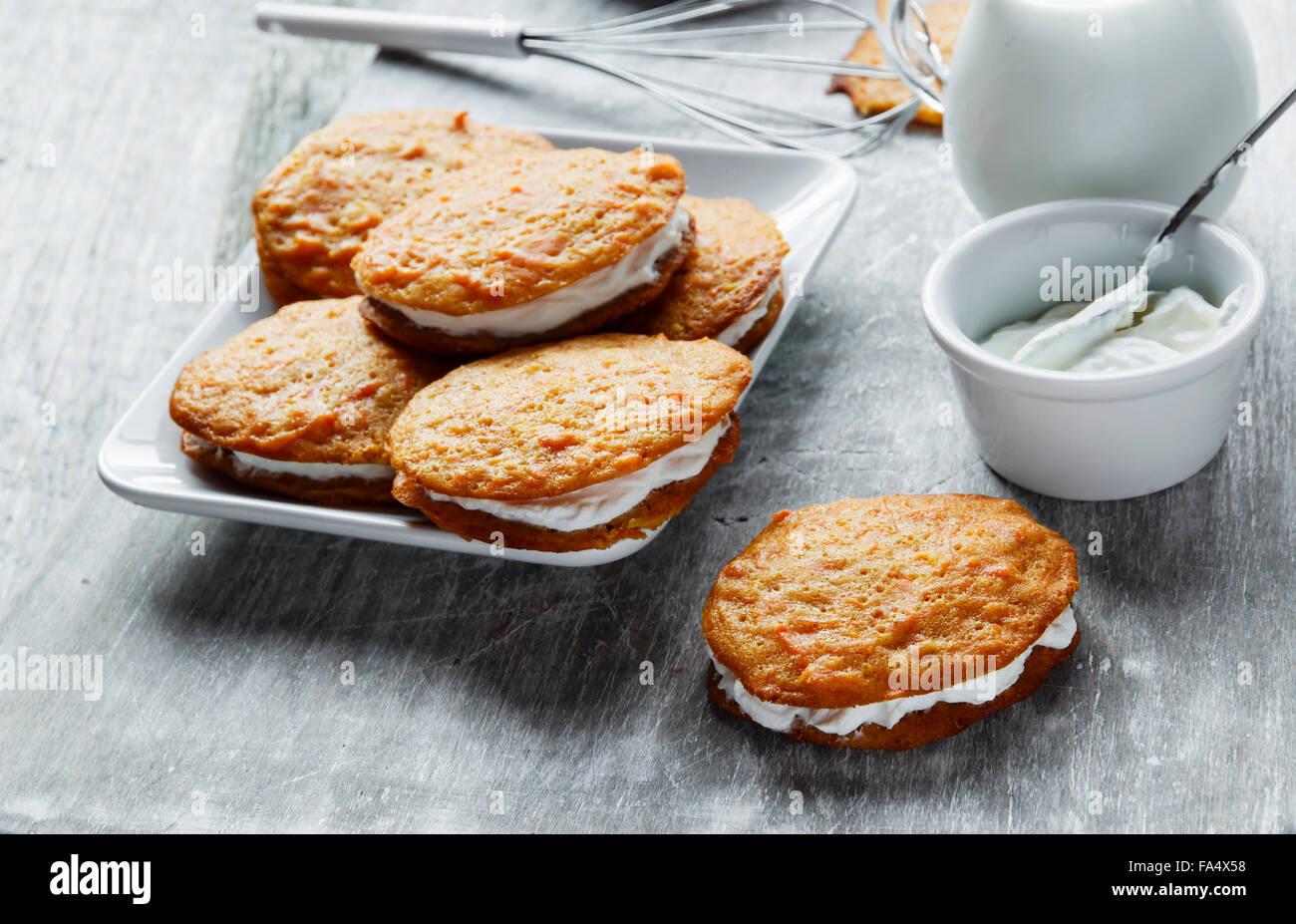 Creme gefüllt Karotte Kuchen Cookies sandwich Stockbild