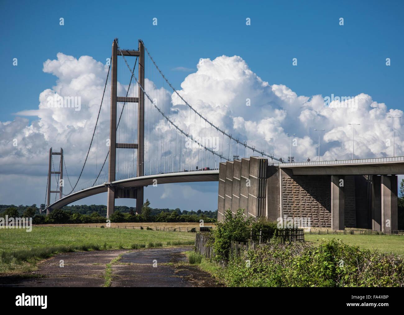 Hoch aufragenden Gewitterwolken bieten eine brillante und dramatische Kulisse Humber Bridge Stockbild