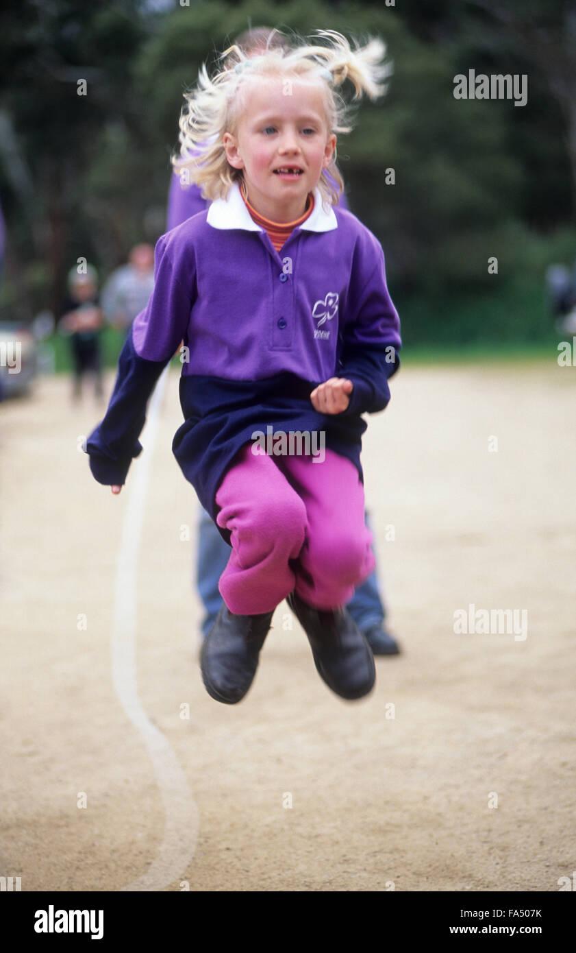 Junges Mädchen Springseil. Stockbild