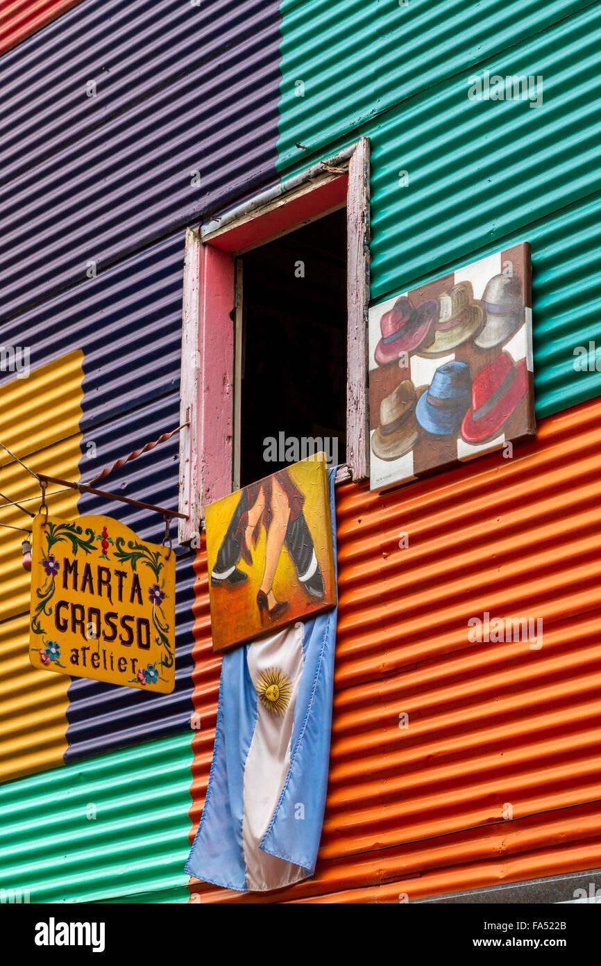 Fenster von einem lebendigen Wellpappe Haus und Atelier des Künstlers in La Boca, Buenos Aires, Argentinien Stockbild