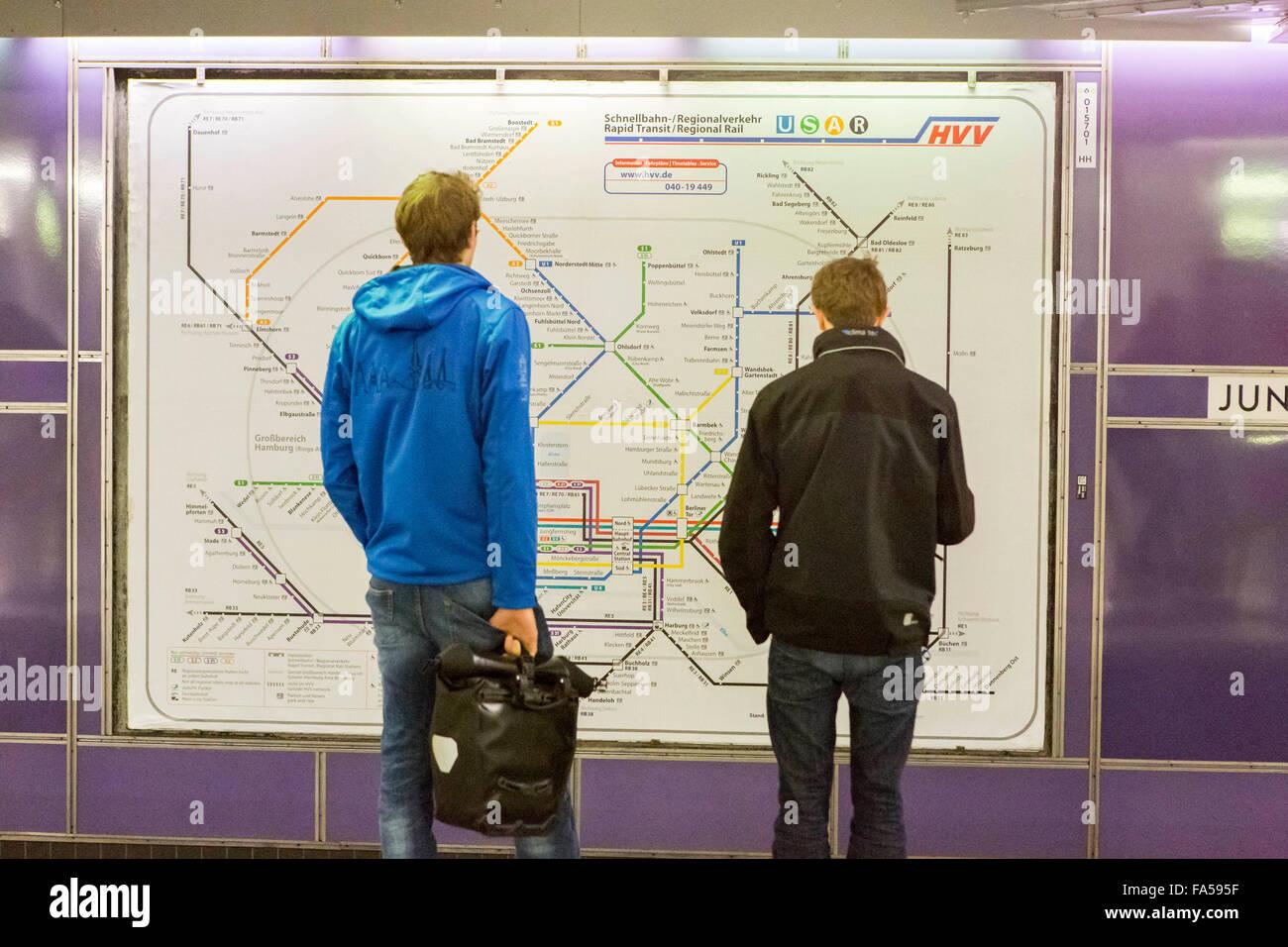 Hamburg Deutschland, Tow Männer betrachten eine Schiene Karte bei einem Hamburger U-Bahn-Bahnhof Stockbild