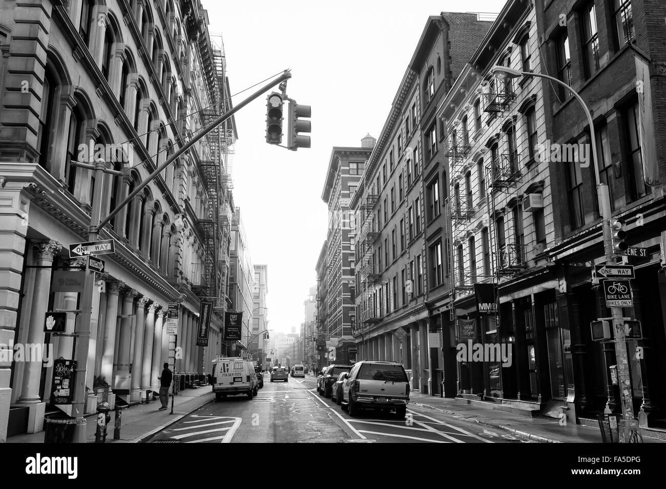 NEW YORK CITY, USA - 10. Dezember 2015: Innenstadt von Gassen in der traditionellen Architektur im historischen Stockbild