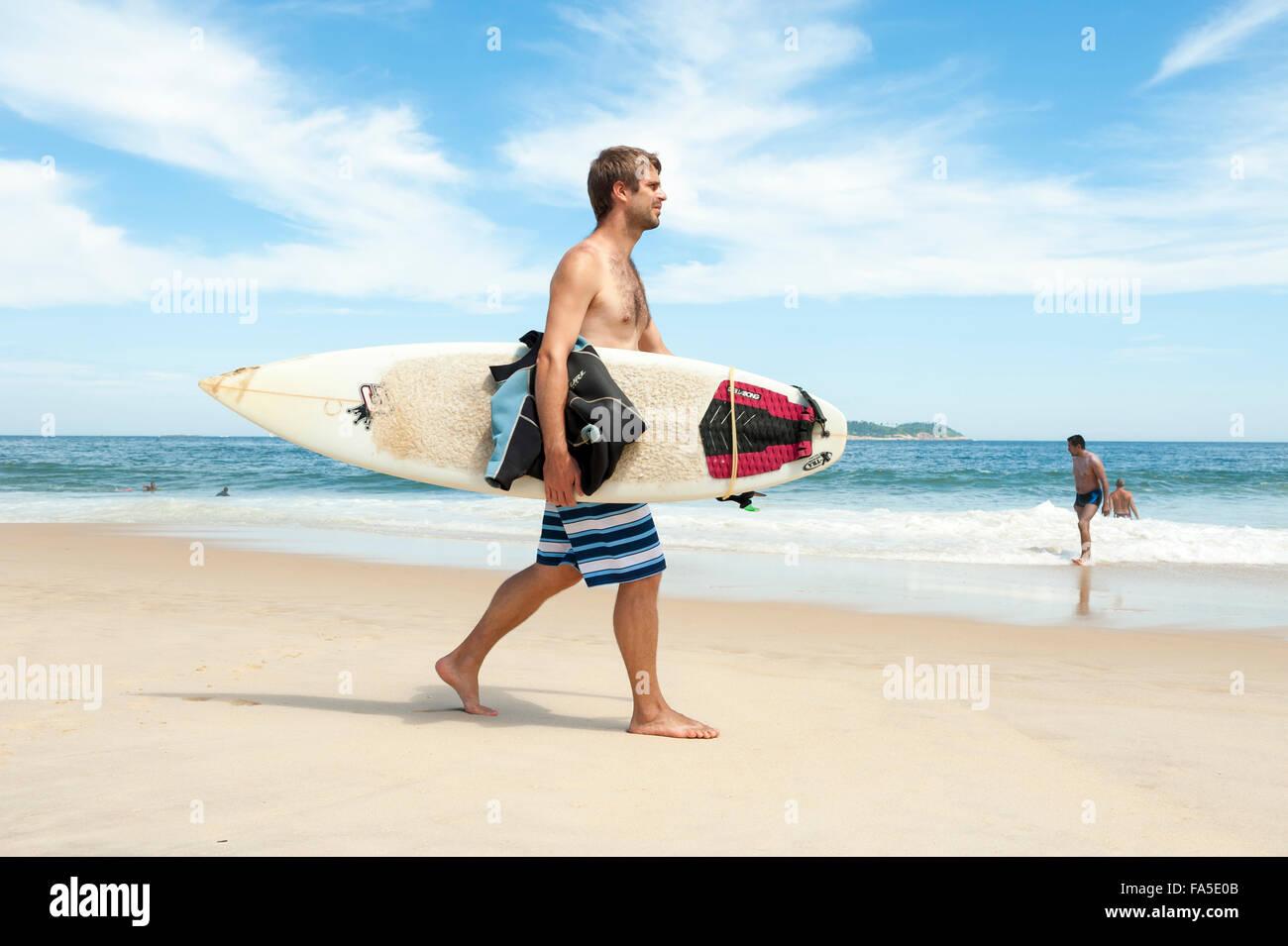 RIO DE JANEIRO, Brasilien - 29. März 2014: Brasilianische Surfer mit Surfbrett am Strand von Ipanema-Strand Stockbild
