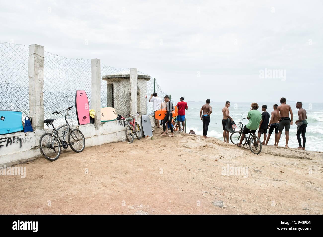 RIO DE JANEIRO, Brasilien - 22. Oktober 2015: Junge brasilianische Surfer stehen ankommenden Wellen am Strand des Stockbild