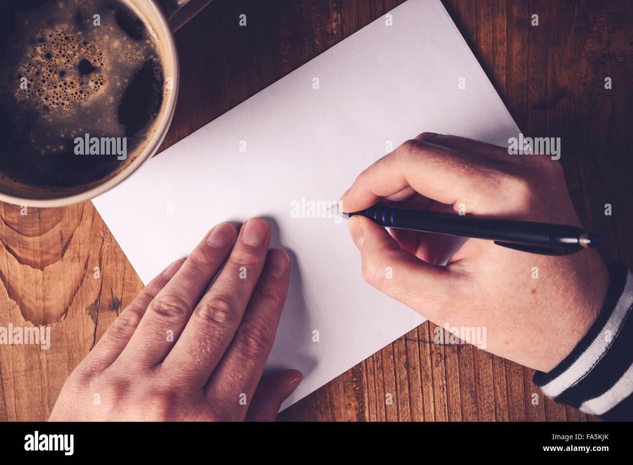 Frau Trinkt Kaffee Und Briefe Schreiben Draufsicht Des Weiblichen