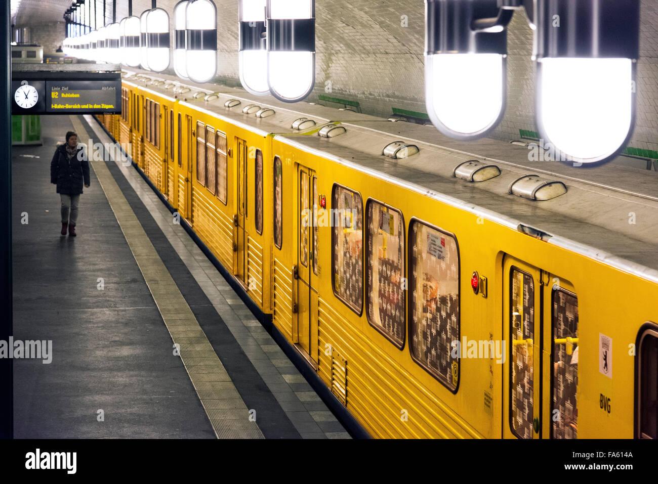 U-Bahn-Zug Haltestelle Markisches Museum Berlin Deutschland Stockbild