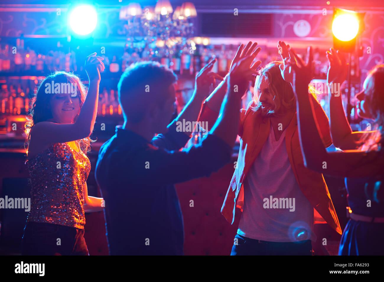 Glückliche Freunde zusammen tanzen im club Stockbild