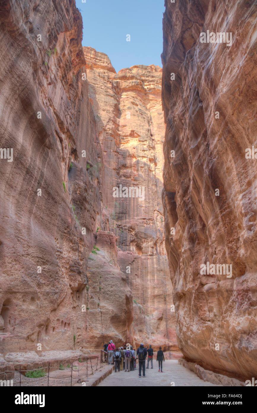 Touristen zu Fuß durch die Sig, Petra, Jordanien Stockbild