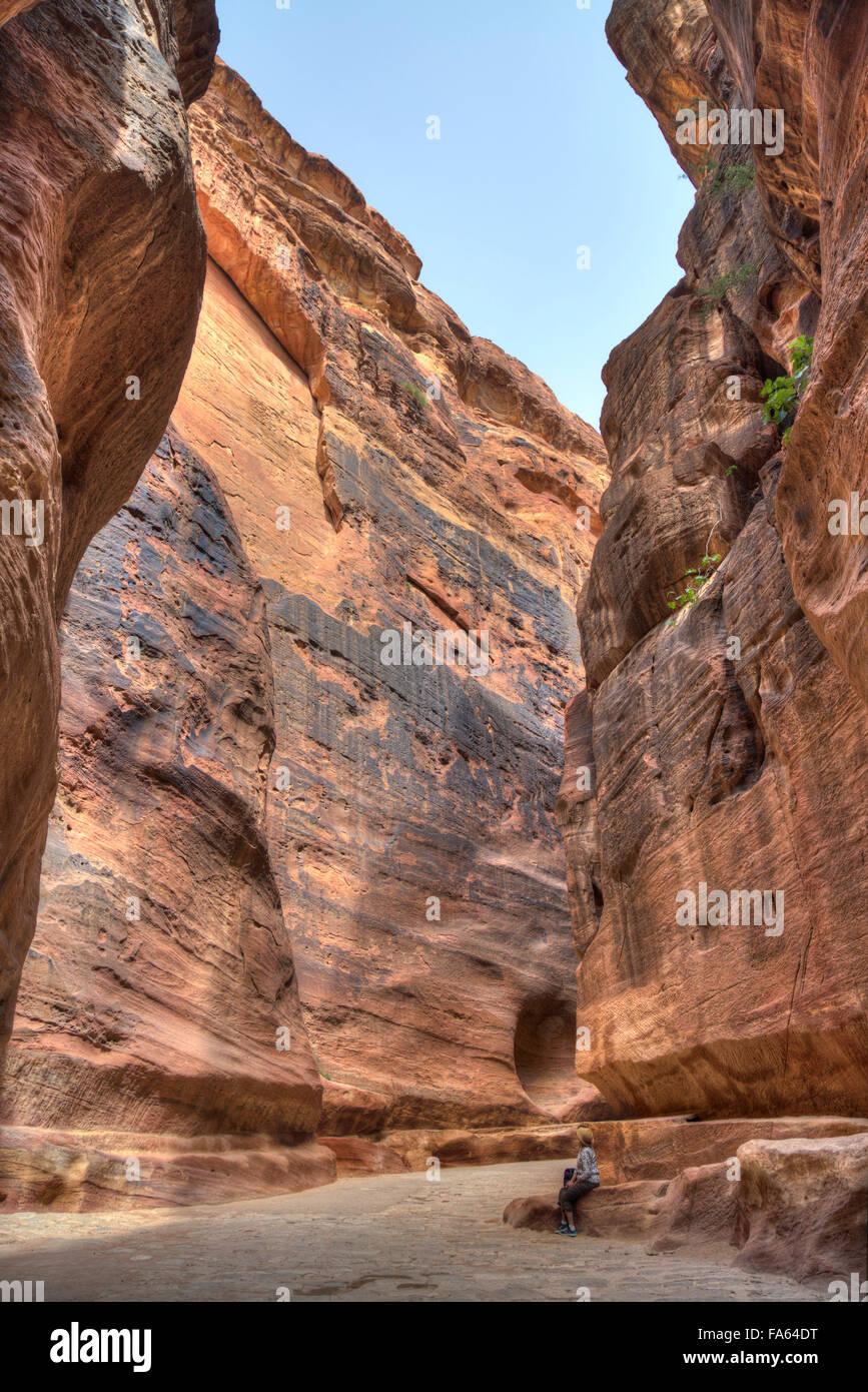 Ein Tourist ruht in der Sig, Petra, Jordanien Stockbild