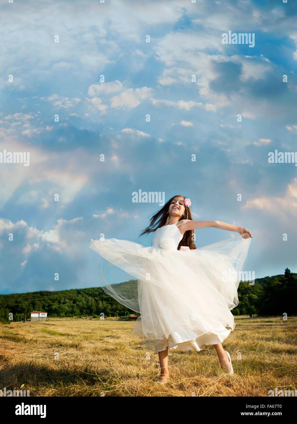 vertikal, draußen, Tag, echte Menschen, eine Person, Mädchen, ein Mädchen nur, Kinder, ein Kind nur, 8-9 Jahre, Stockfoto