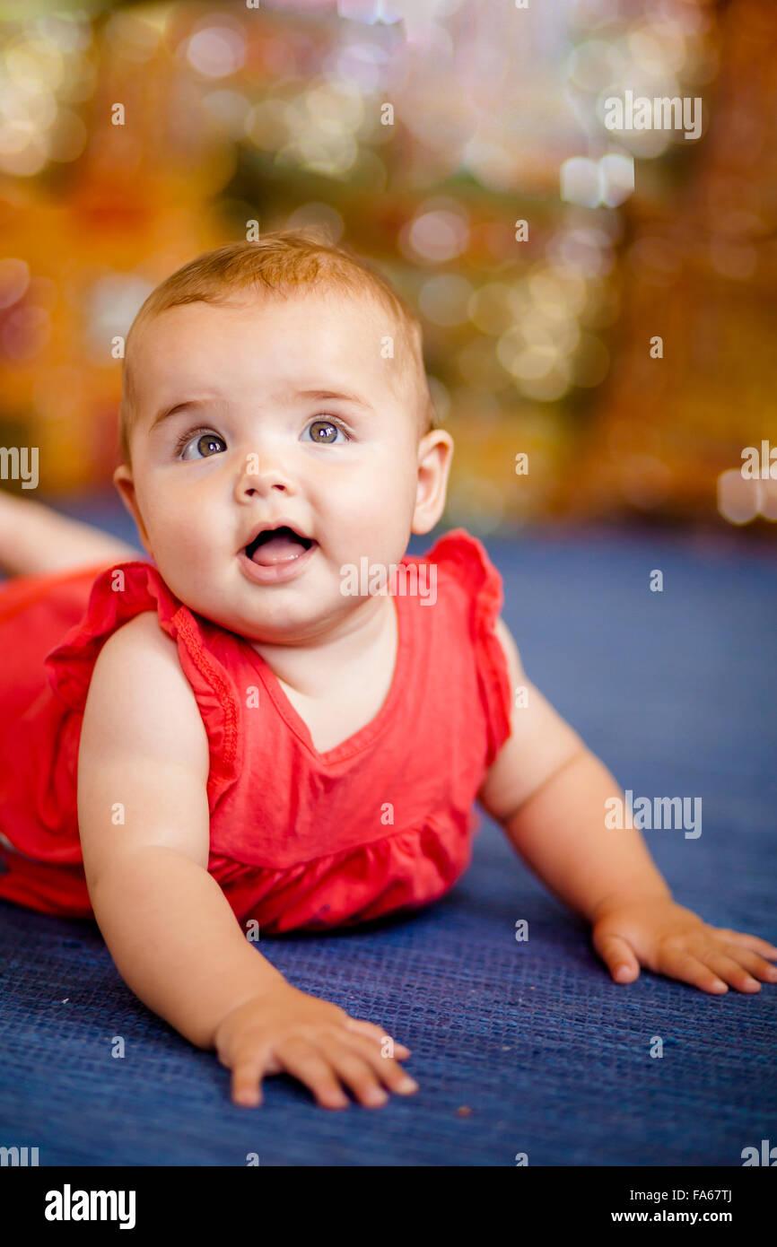 Porträt von einem Babymädchen lächelnd Stockbild