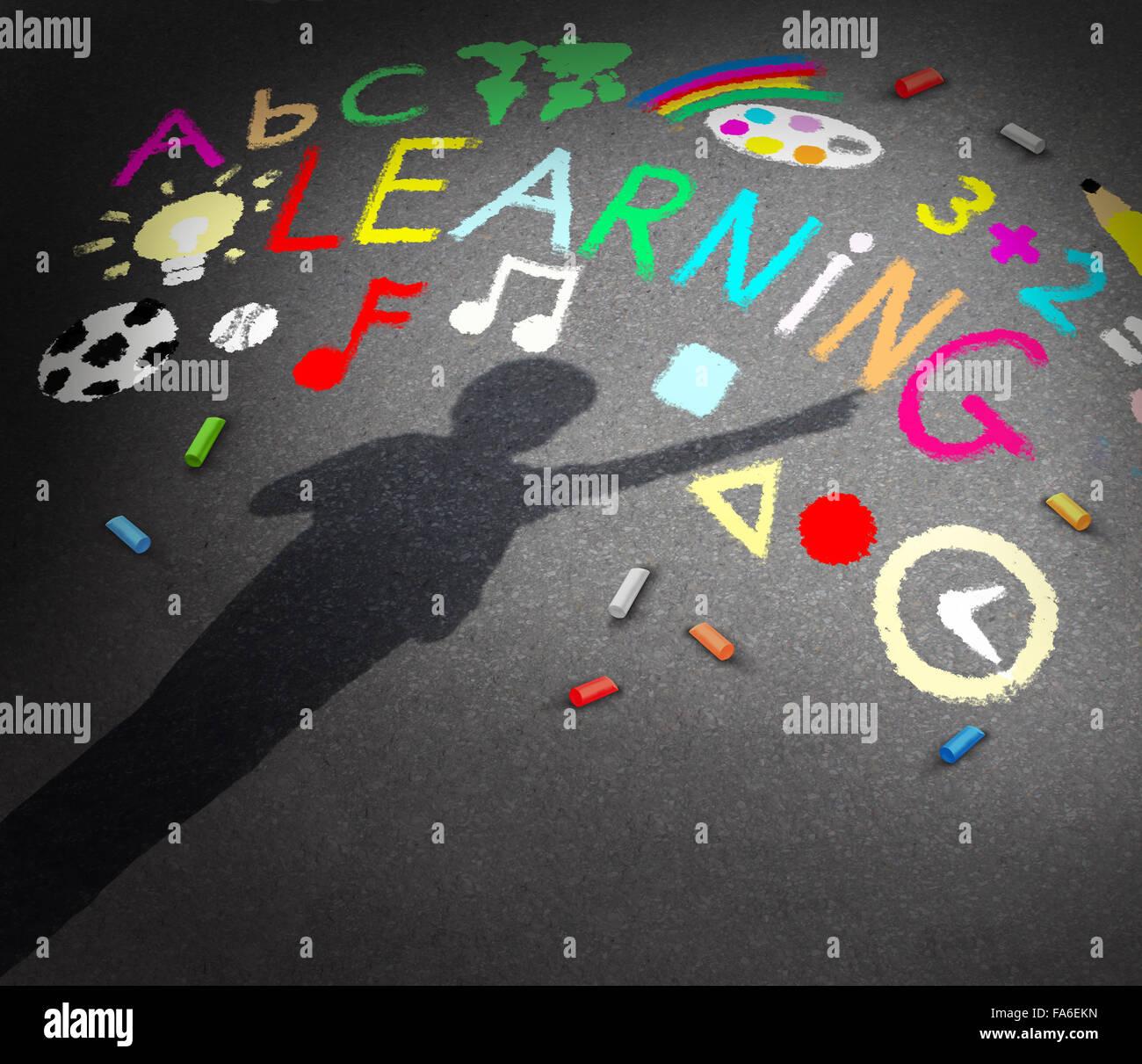 Kind-Learning-Konzepts als Schatten eines jungen Studenten auf einem Schulhof-Pavememt mit Kreidezeichnungen der Stockbild