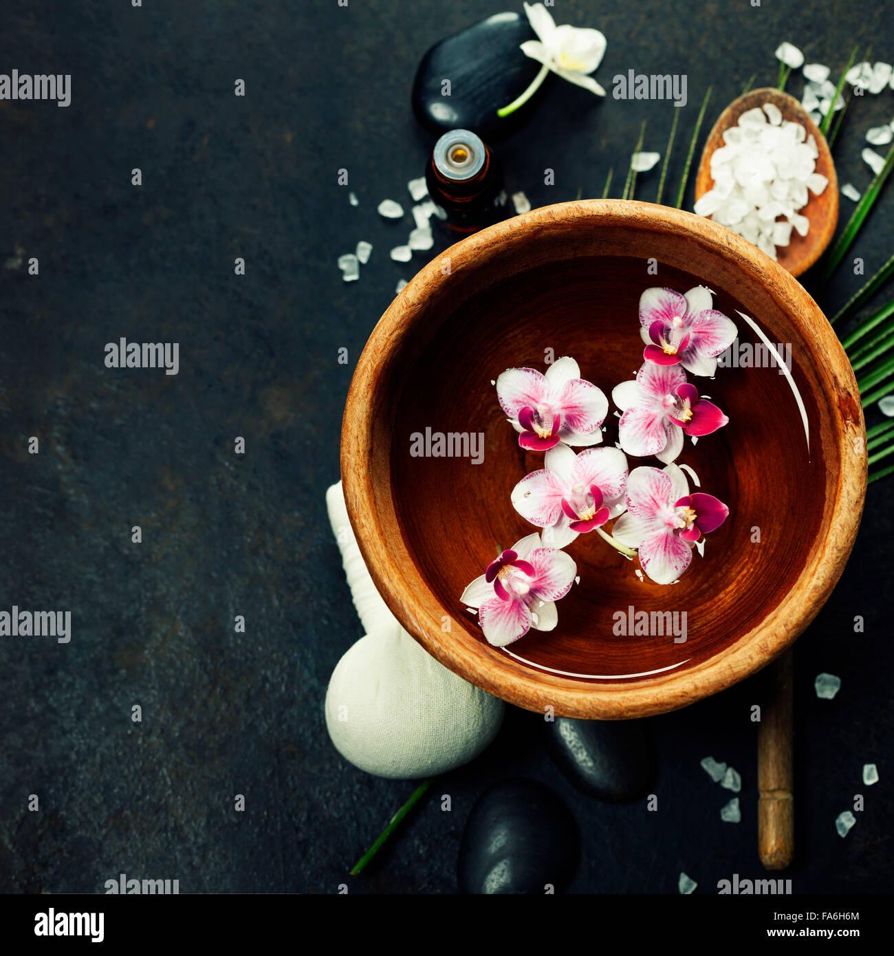 Nahaufnahme der Blüten schweben in Schüssel mit Wasser und SPA-Einstellung Stockbild