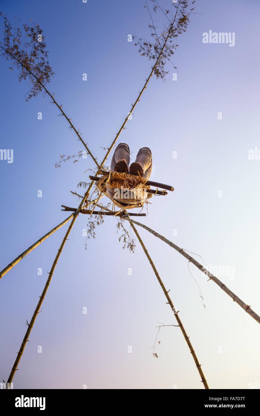 Jungen Menschen spielen auf einem traditionellen Bambus Schaukel genannt Linge Ping in Nepal Stockbild