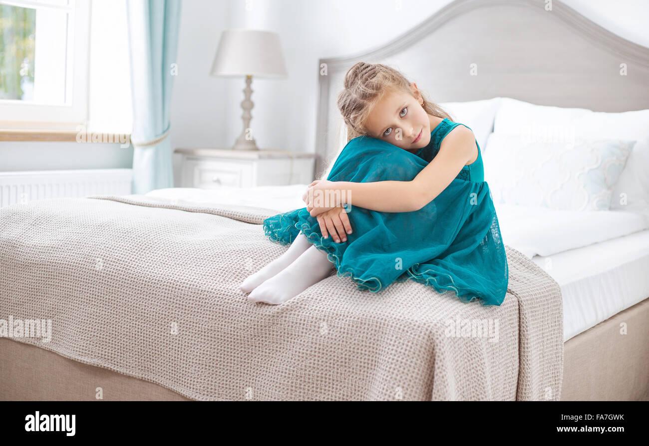 Trauriges Mädchen sitzen im Schlafzimmer Stockbild