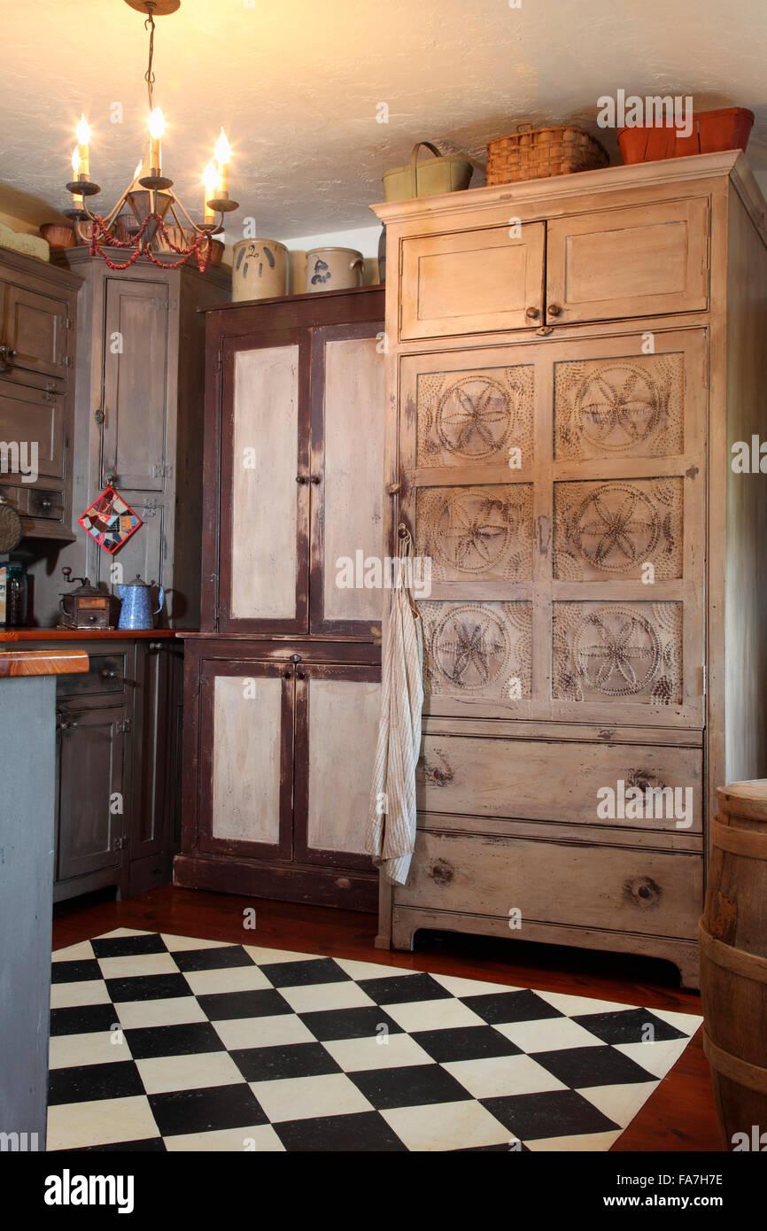 Versteckten Kühlschrank im Schrank und lackierten Boden in Küche ...