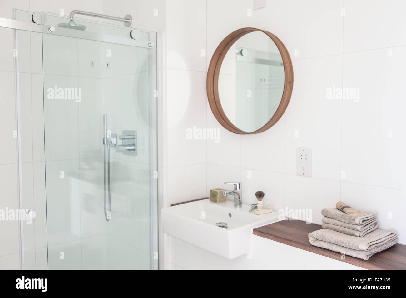 Weiße Badezimmer in einem modernen Landhaus in Cambridge. Ein Haus ...