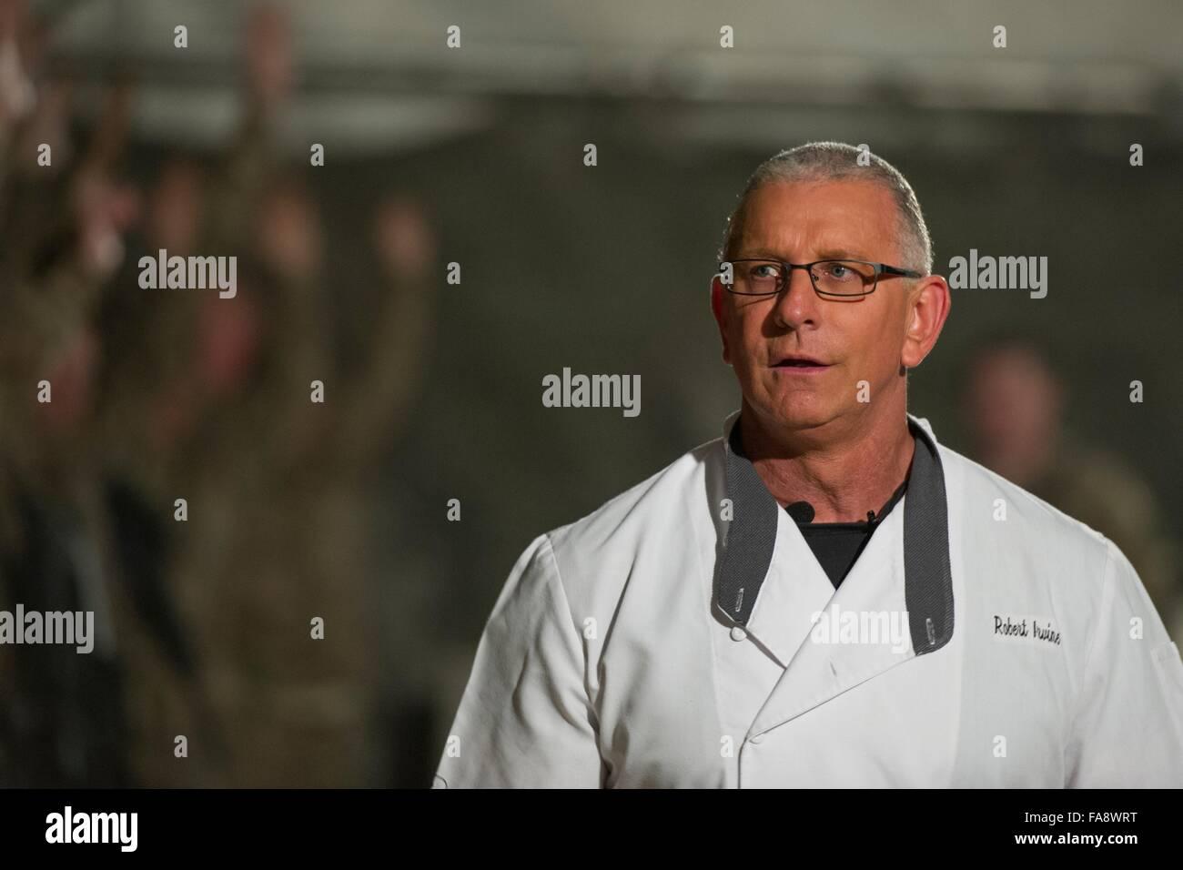 Starkoch Robert Irvine während einer Show-cooking statt für US-Militärangehörige in Bagram Air Stockbild