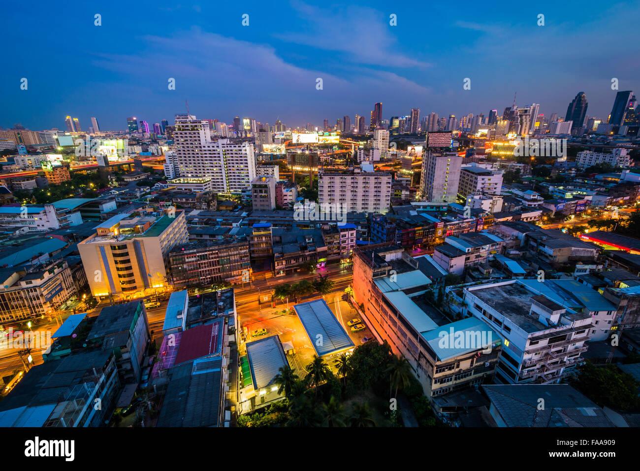 Blick auf Bezirk Ratchathewi in der Dämmerung, in Bangkok, Thailand. Stockbild