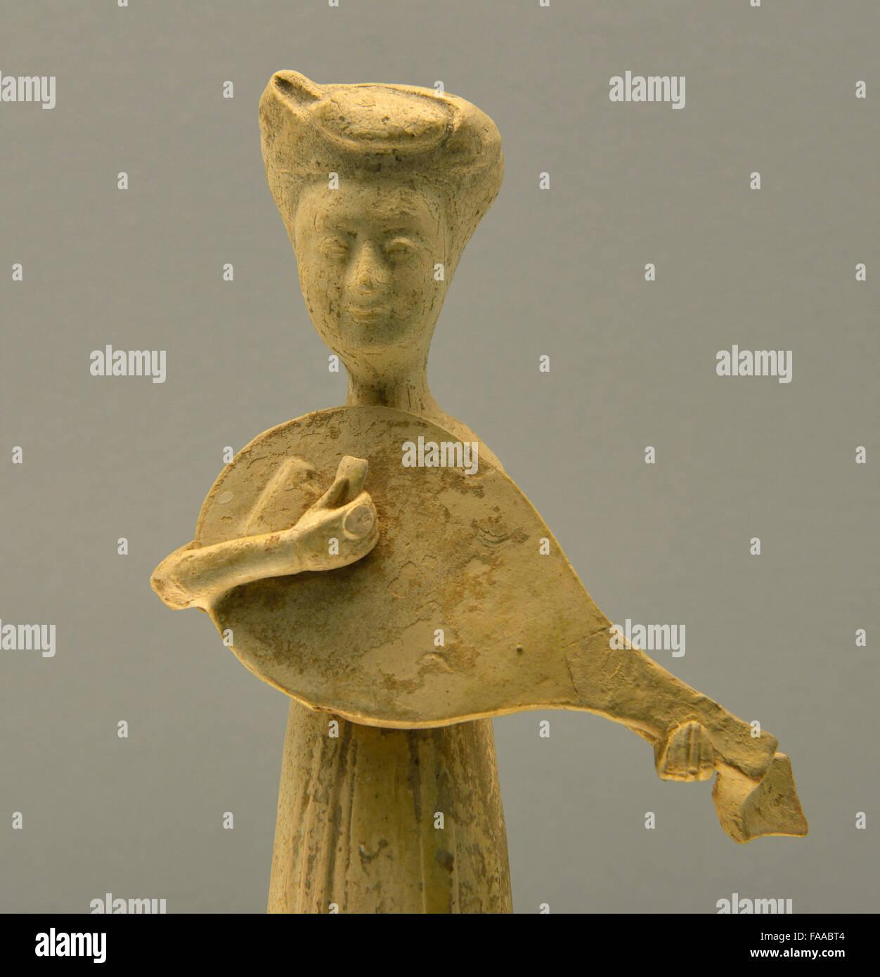 Weiß glasierte Keramik Figur der Frau spielt Pipa(Lute). SUI, A.D.581-618. Shanghai Museum. Stockbild