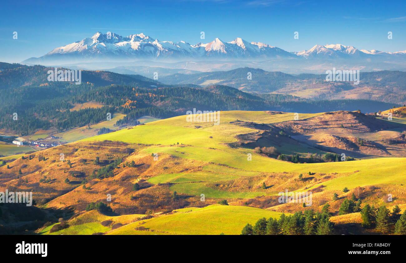 Pieniny-Gebirge - In der Ferne sehen Sie hohen Tatra, Polen Stockbild