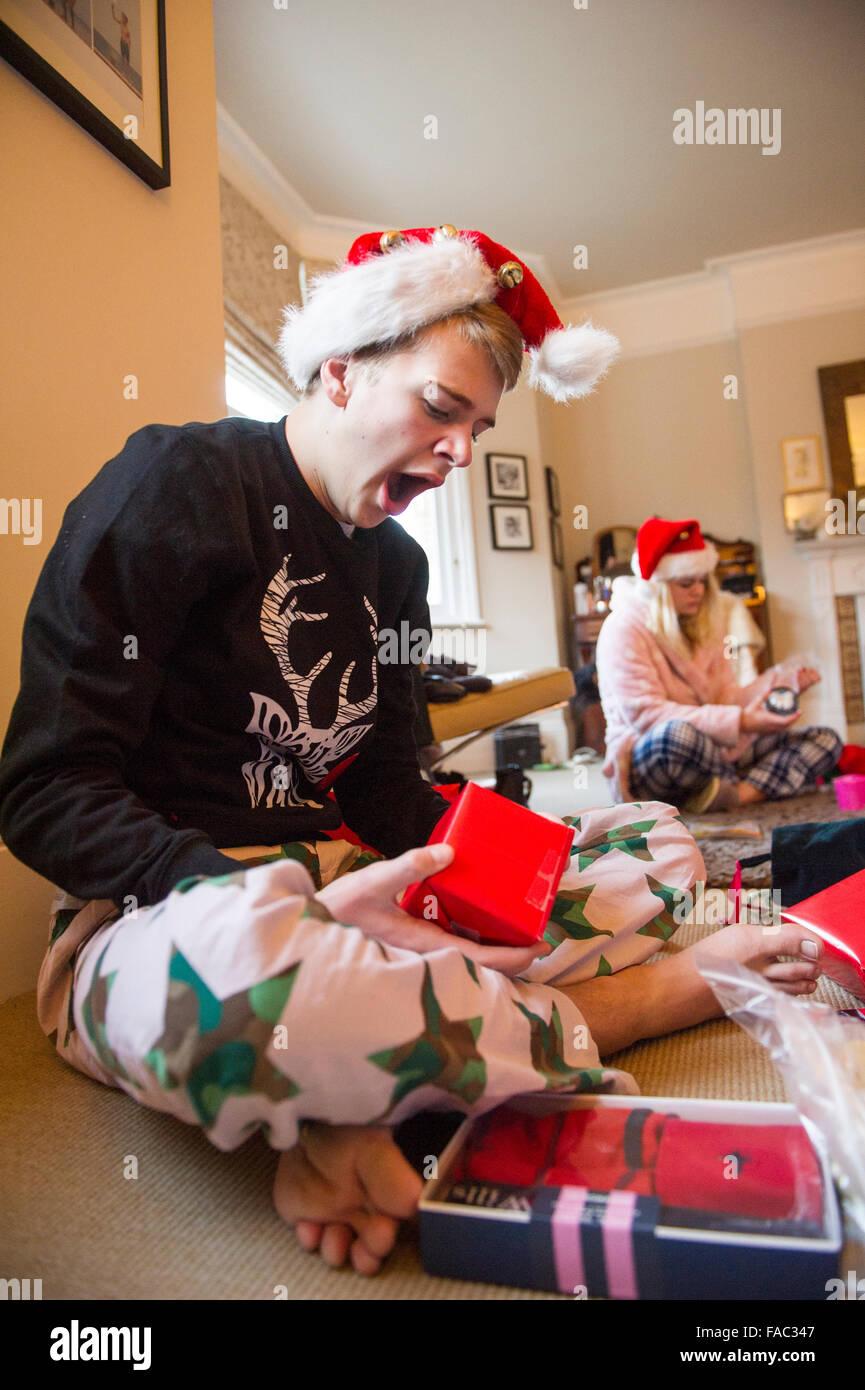 Kinder öffnen Weihnachtsstrümpfe am Weihnachtstag Stockfoto, Bild ...