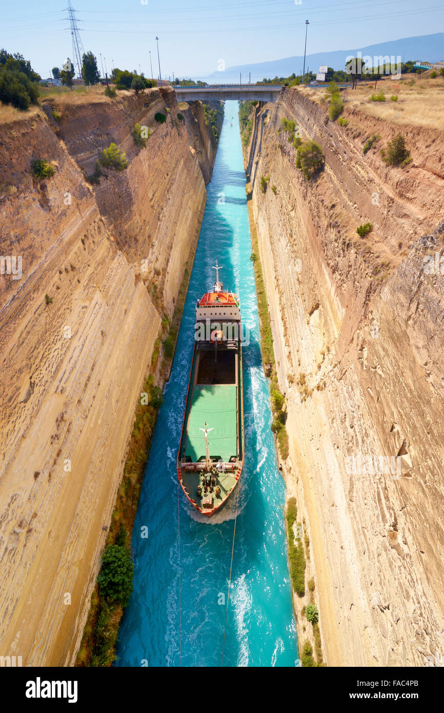 Corinth - Boot in den Kanal von Korinth, Peloponnes, Griechenland Stockbild