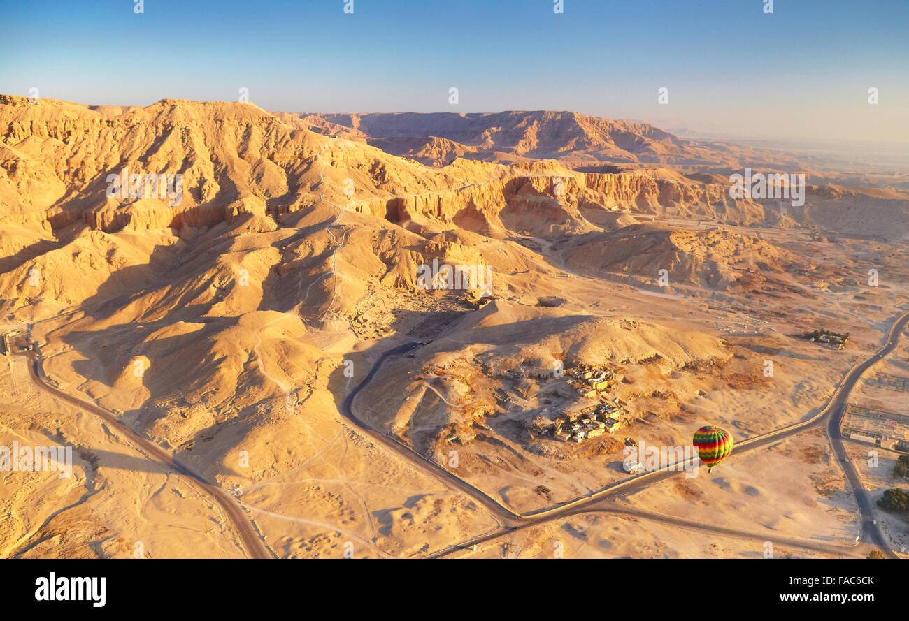 Ägypten - Ballonfahrten über dem Westufer des Nils, Landschaft der Berge Stockbild